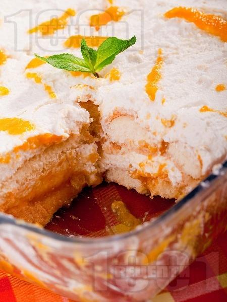 Бърза торта с бишкоти, праскови (от компот) и крем от извара и сирене маскарпоне - снимка на рецептата